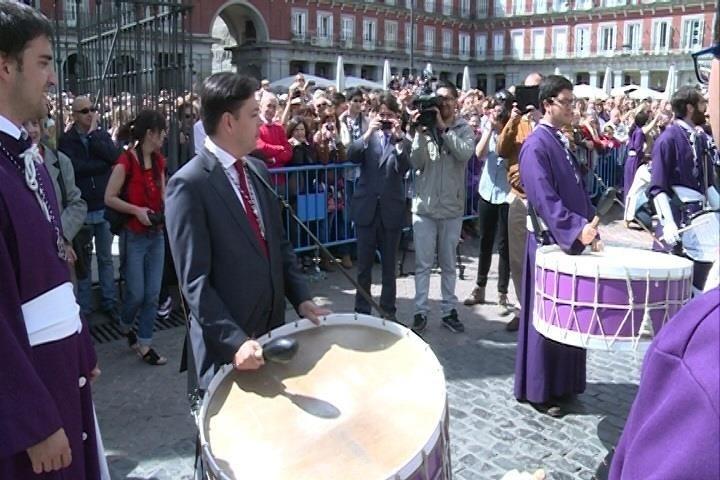 La tradicional tamborrada en la Plaza Mayor cierra la Semana Santa madrileña