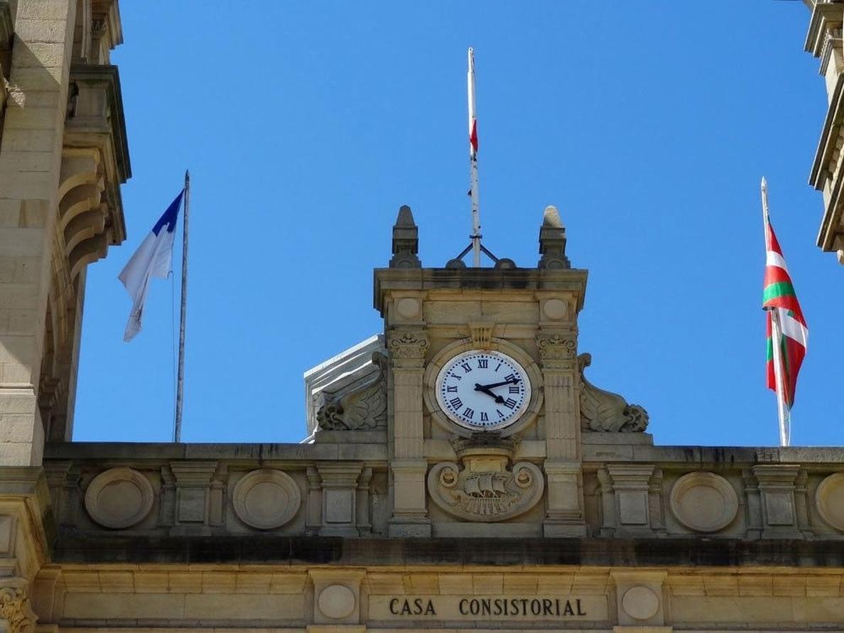 Sustraen la ikurriña y la bandera de Gipuzkoa de la fachada del Ayuntamiento de San Sebastián