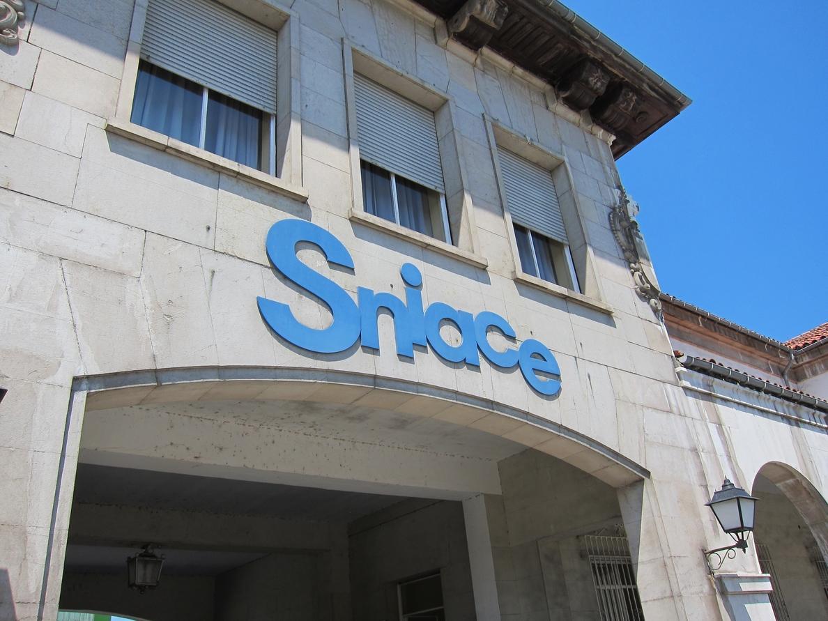 Báñez dice que el Gobierno apoyará a Sniace siempre que se mantenga la empresa y el «mayor número de empleos»