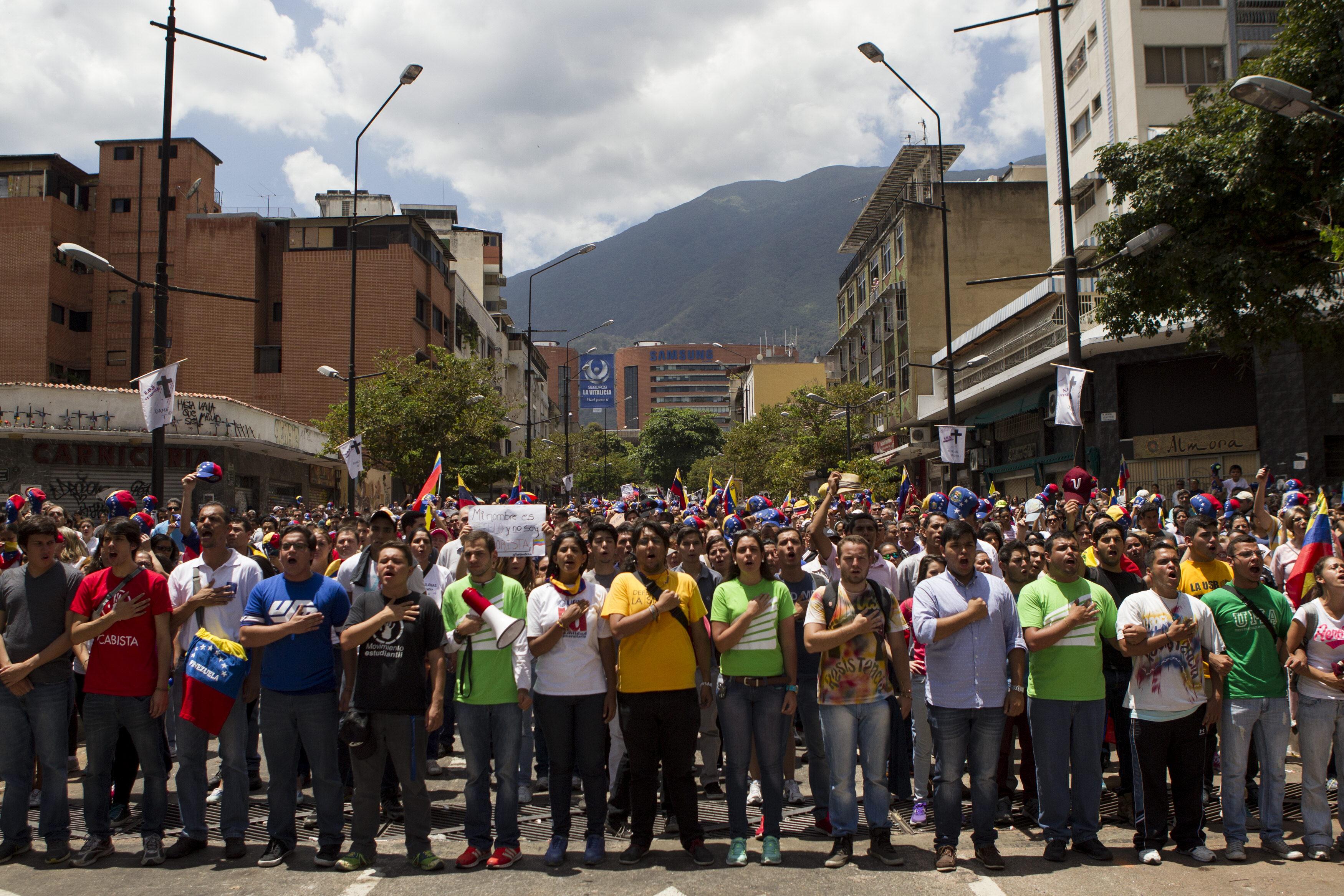 Estudiantes y oposición marchan en Caracas mientras el país regresa de fiesta
