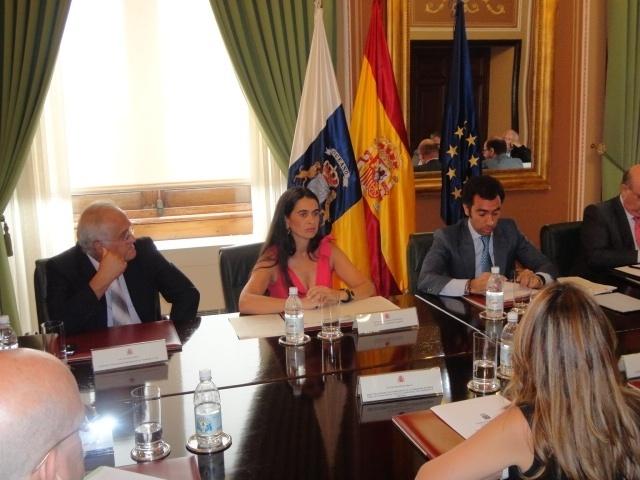 La delegada del Gobierno en Canarias dice que el izado del helicóptero en Fuerteventura «es cuestión de horas»