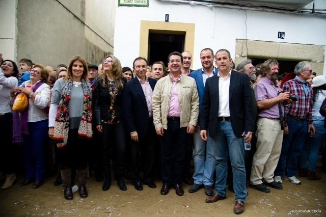 Manzano desea una pronta recuperación a los tres heridos en las carreras de caballos de Arroyo de la Luz (Cáceres)