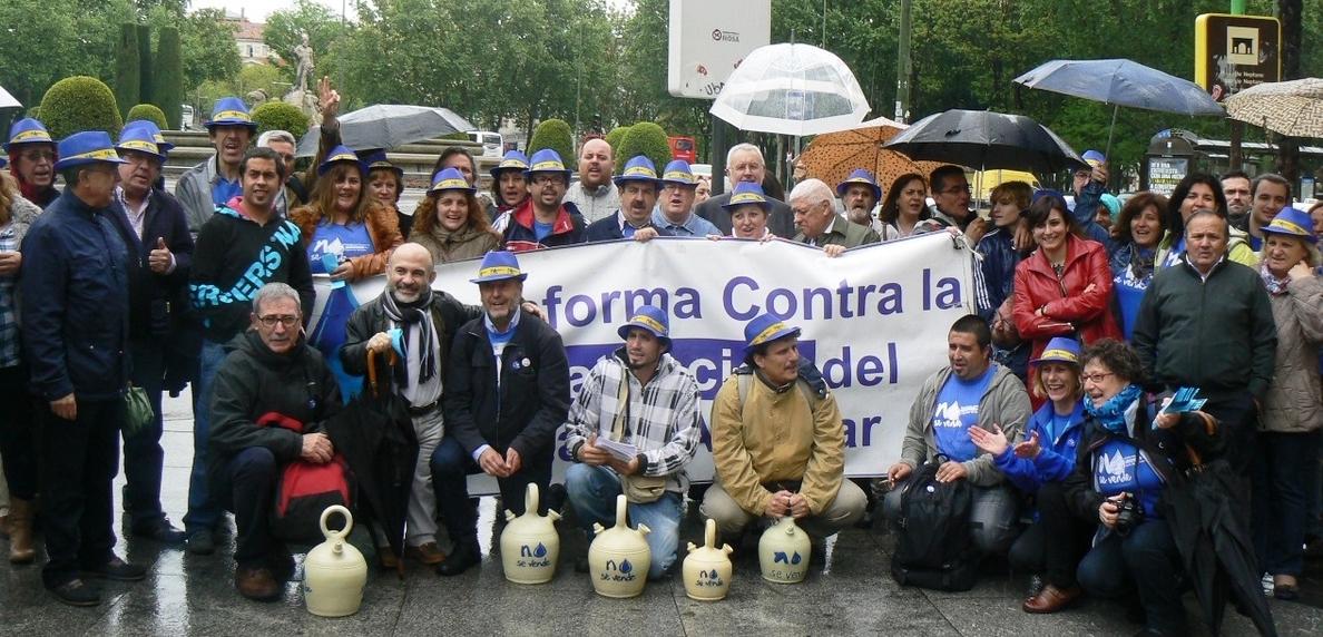 Plataforma contra la Privatización del Agua en Alcázar de San Juan entrega en el Congreso los resultados de la consulta