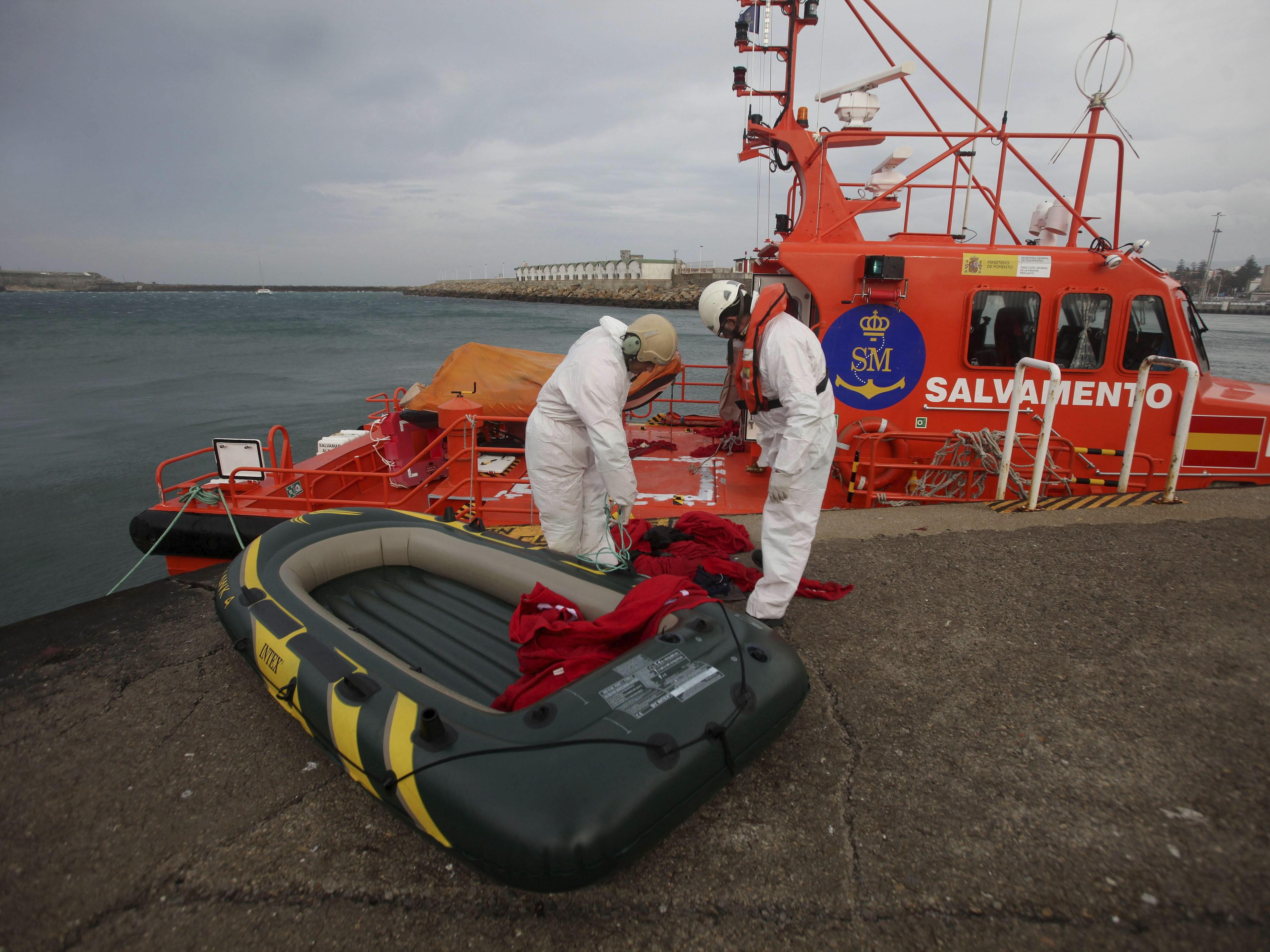 Rescatan a 11 inmigrantes, entre ellos una mujer, en el Estrecho