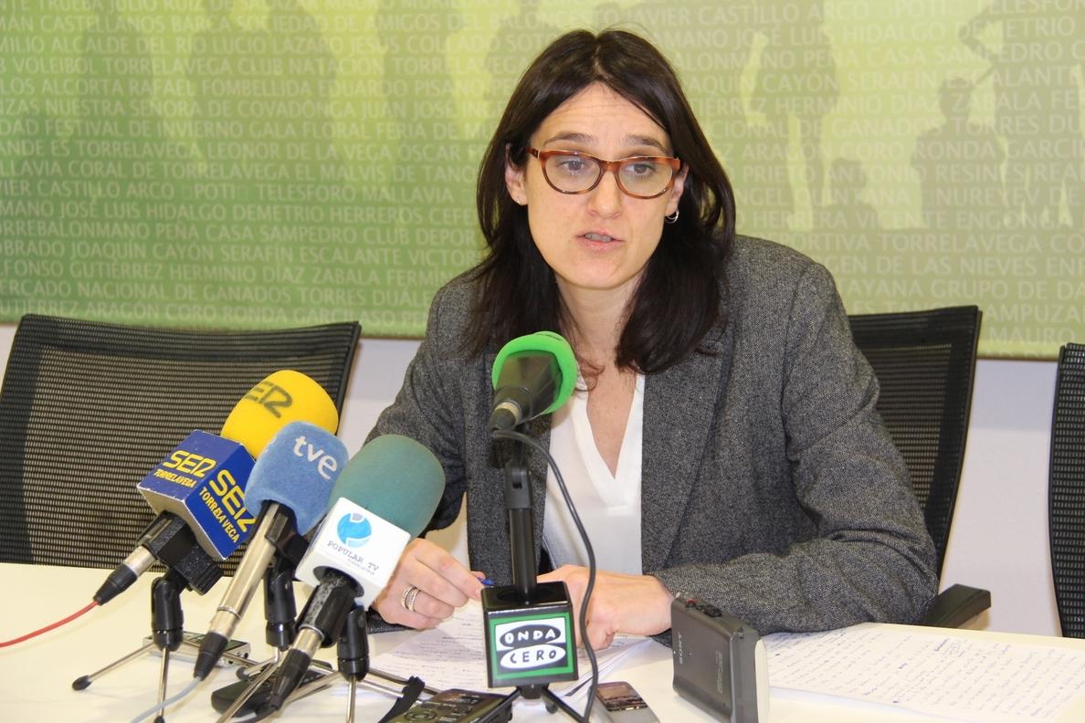 La alcaldesa comparte con Sniace y la plantilla la «esperanza» de que se aplace el juicio