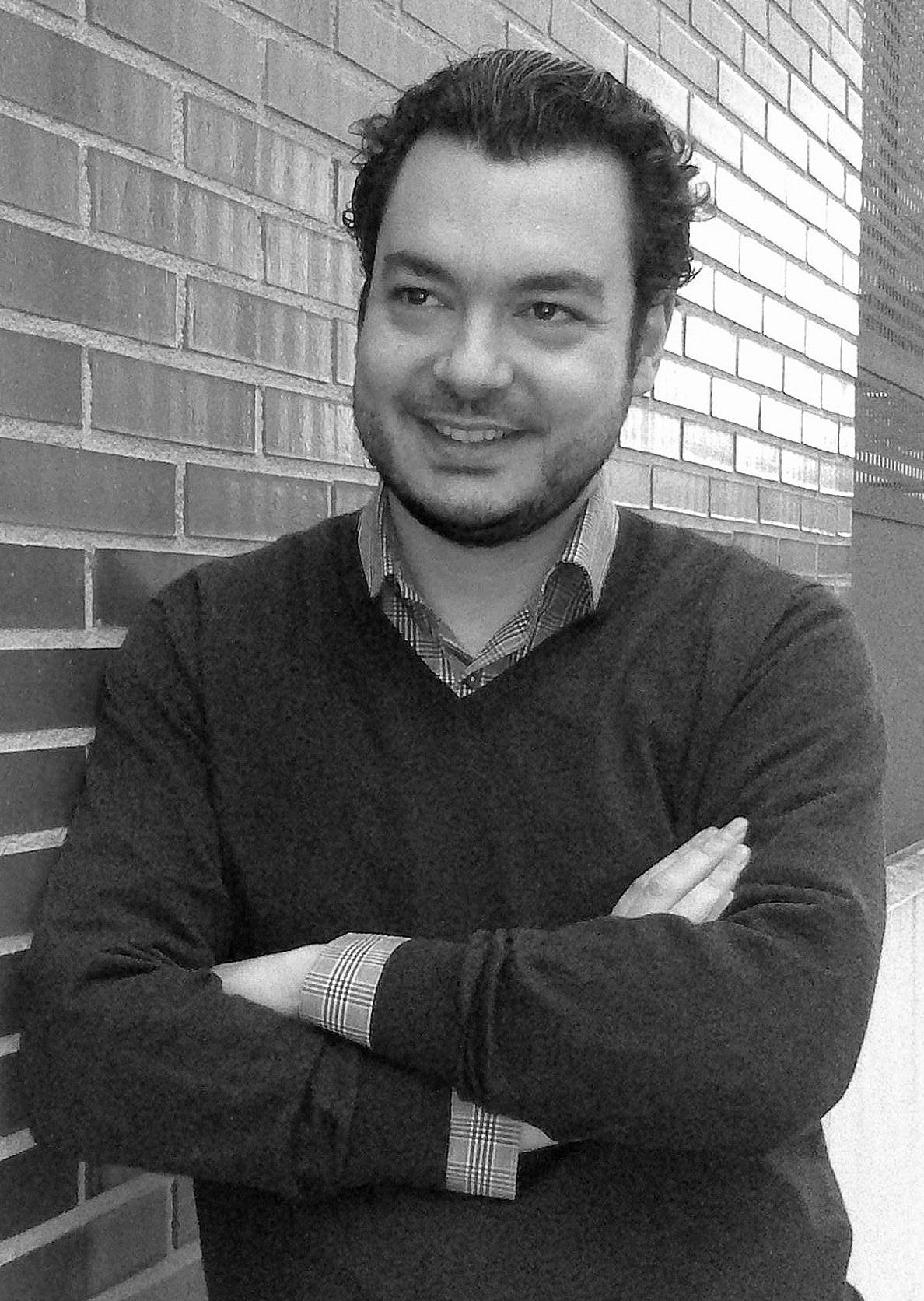El escritor logroñés Javier Iribarren presenta este martes su primera novela »Interino»