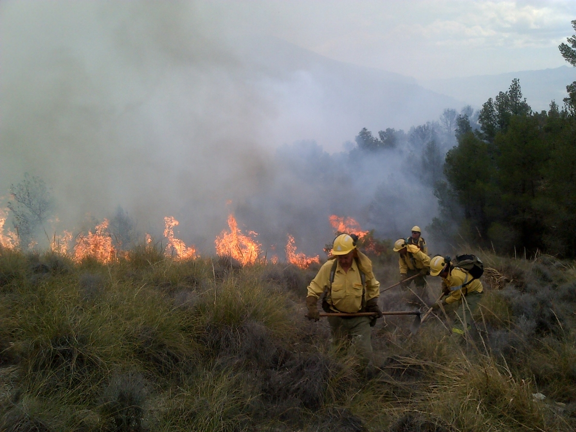 El viento y la orografía dificultan la extinción de un incendio en Lucainena (Almería), que sigue activo