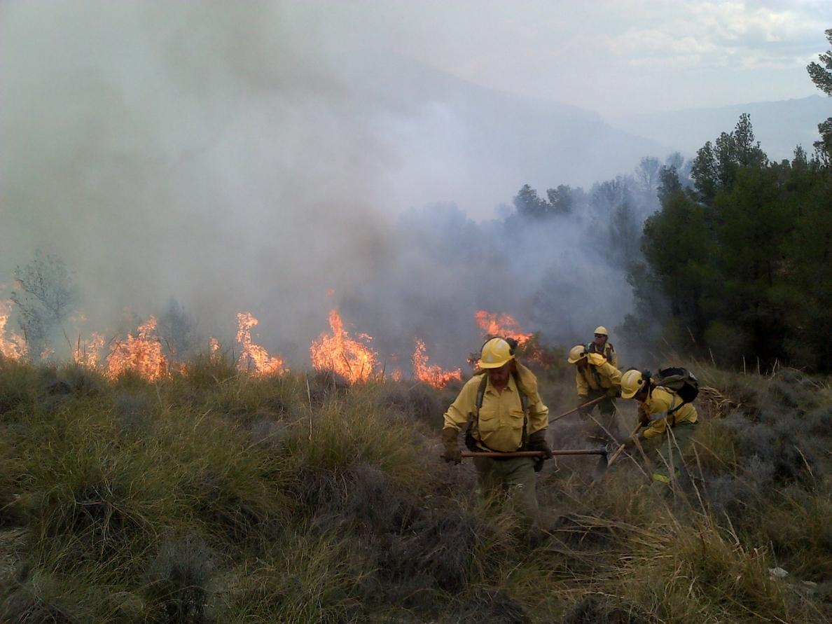 El viento y la difícil orografía dificultan la extinción de un incendio en Lucainena, que sigue activo