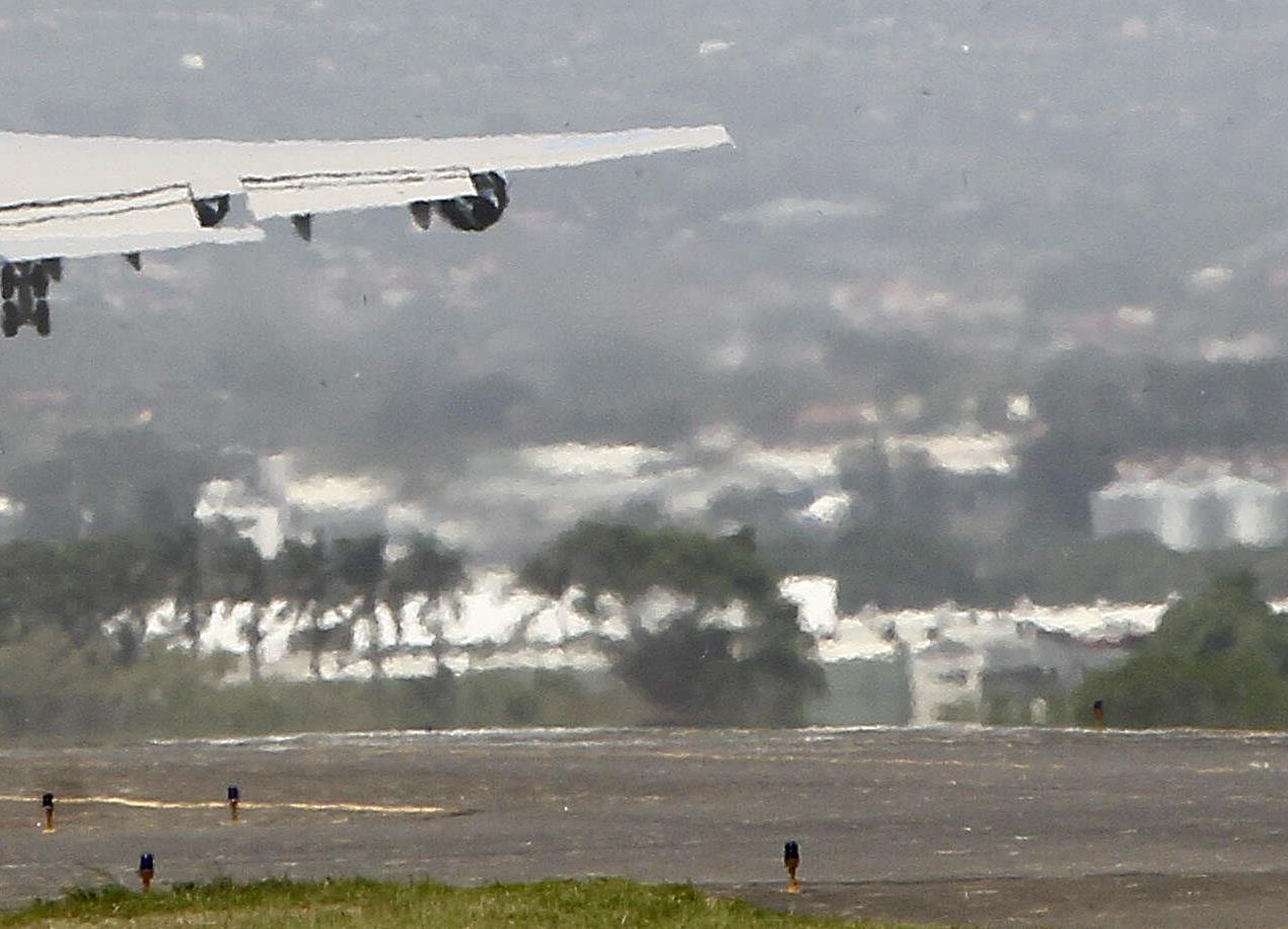 Un joven viaja 5 horas escondido en el tren de aterrizaje de un avión en EEUU
