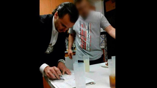 Dimite un concejal del PP tras una foto en la que aparece manipulando supuestamente una droga