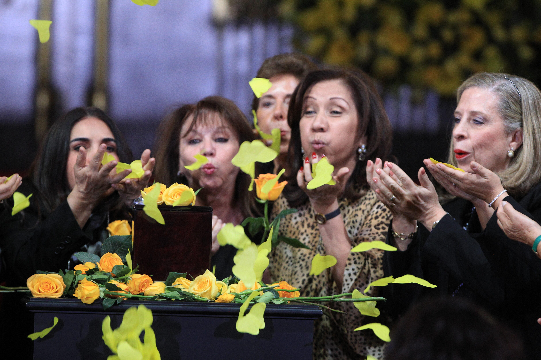 Miles dan el último adiós a Gabo con flores amarillas y a ritmo de vallenato