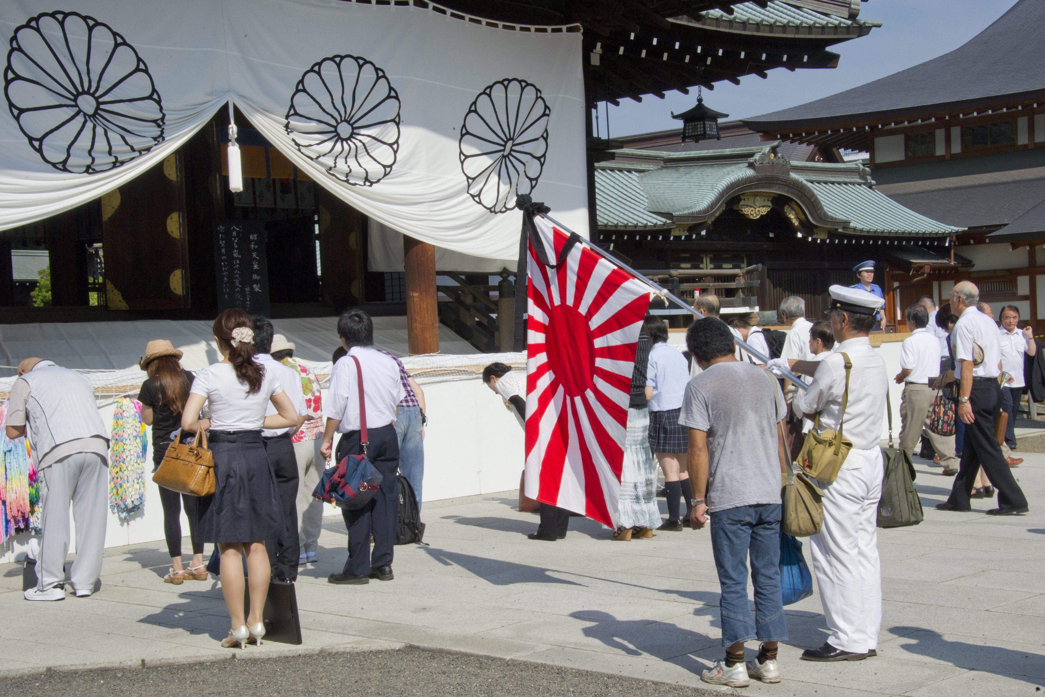 Parlamentarios japoneses visitan el criticado santuario de Yasukuni