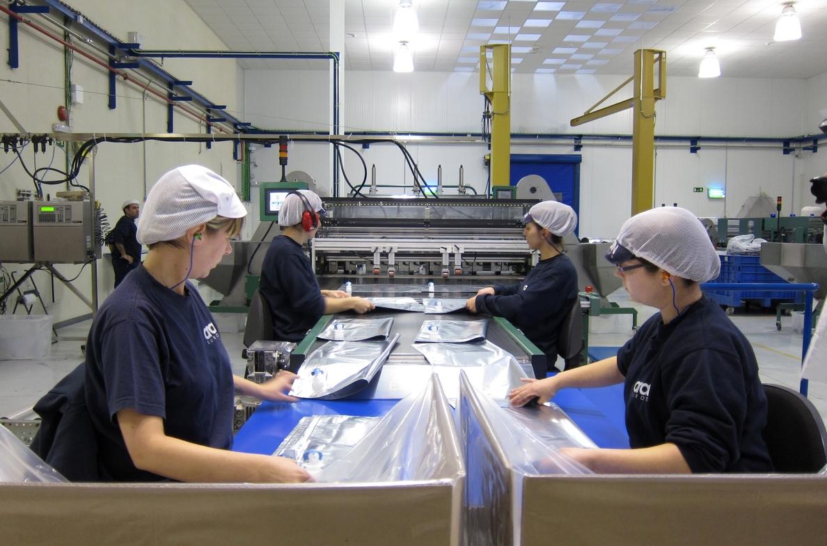La facturación de la industria aumentó un 0,3% en febrero, frente a un descenso del 0,3% en España