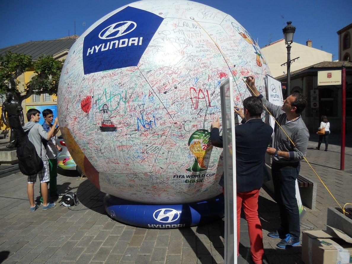 El concejal de Alcaldía y Deportes firma el Balón de los Deseos del Mundial de Fútbol de Brasil 2014