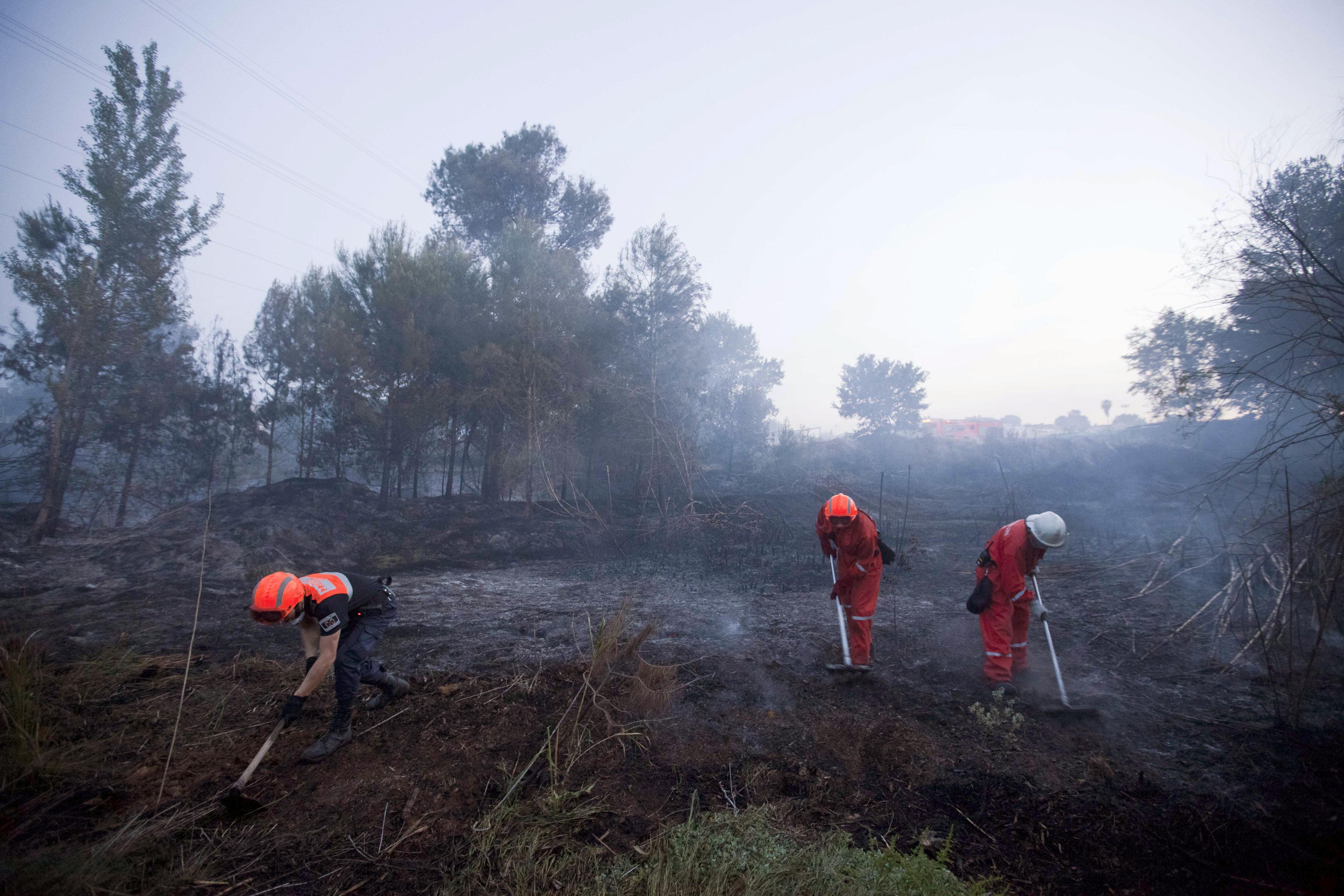 Desalojados 220 chalés próximos al incendio de Manises en Valencia