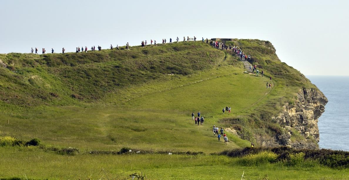Unas 300 personas participan en la II Euroquedada en la ciudad con el senderismo como protagonista
