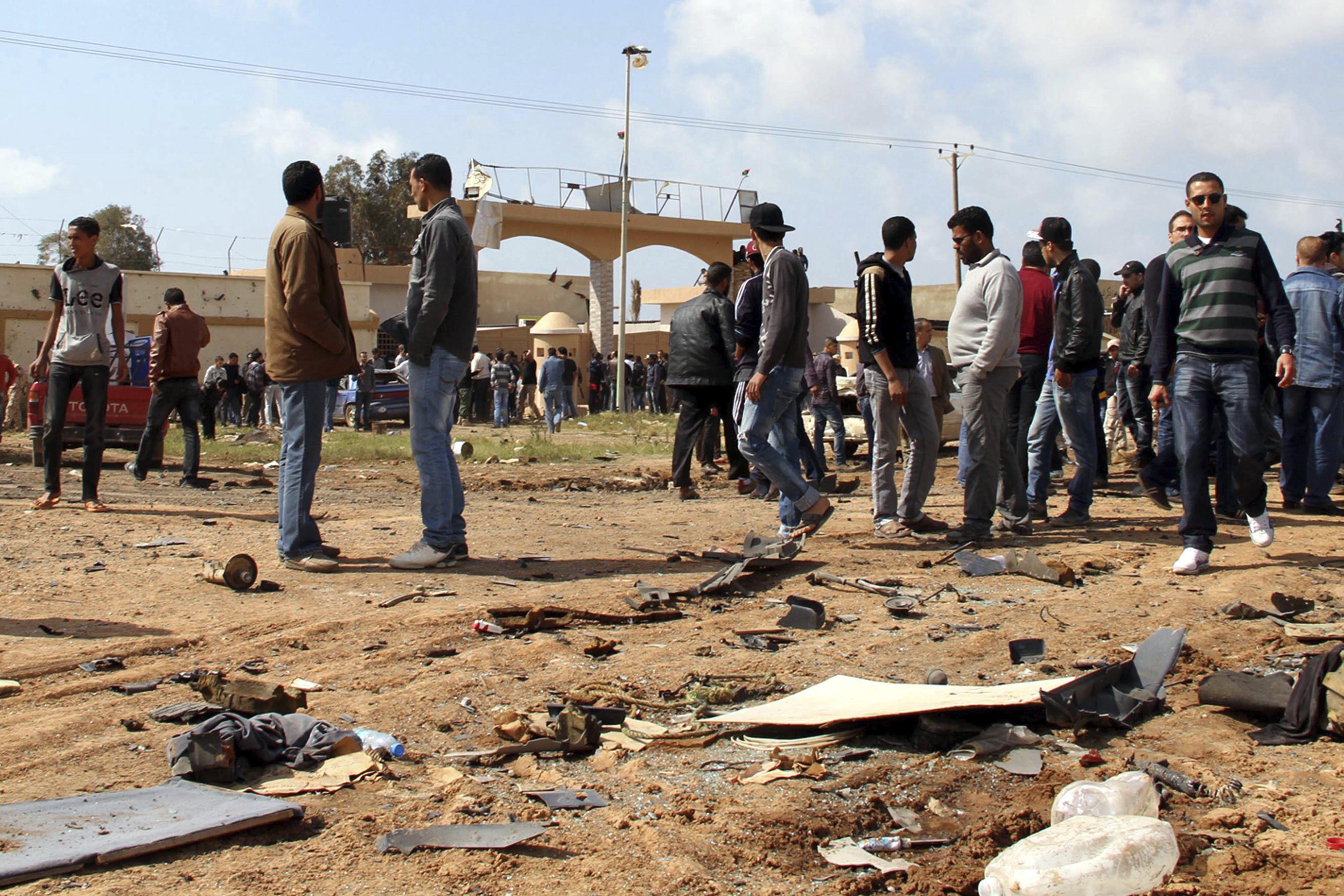 70 muertos y 141 heridos en los enfrentamientos de Bengasi, según un ultimo recuento