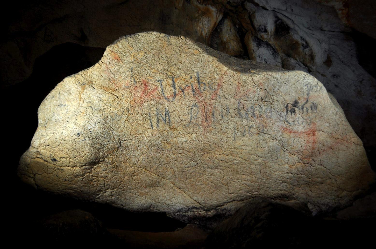 Halladas pinturas rupestres de gran tamaño en una cueva de Lekeitio (Bizkaia)