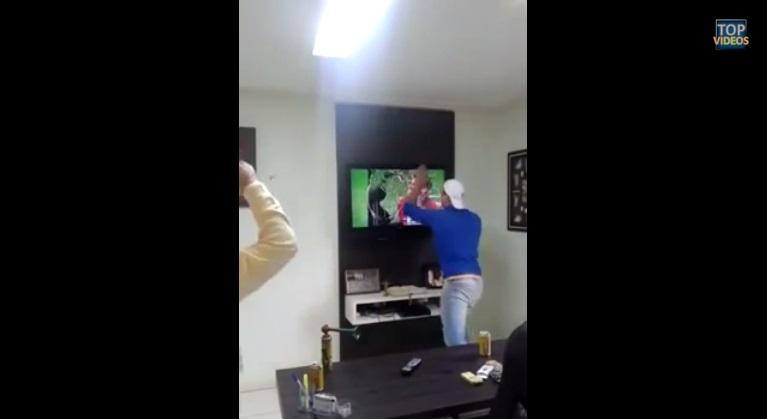 Un aficionado estresado destroza la tele en el Brasil-Chile y el vídeo es un éxito