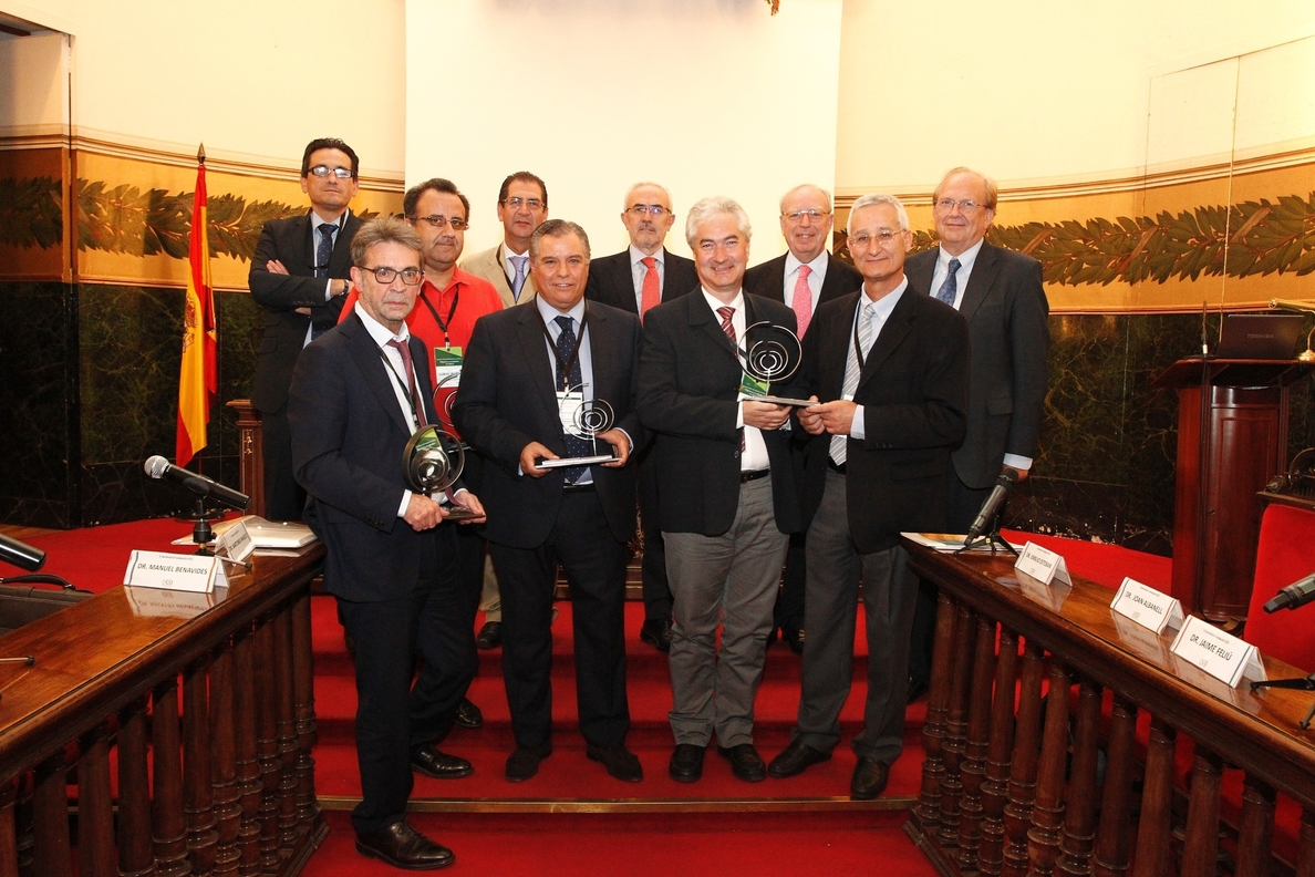 Los oncólogos premian la labor de los doctores Eugenio Santos, Bartolomé Beltrán, Rafael Rosell y Albert Jovell