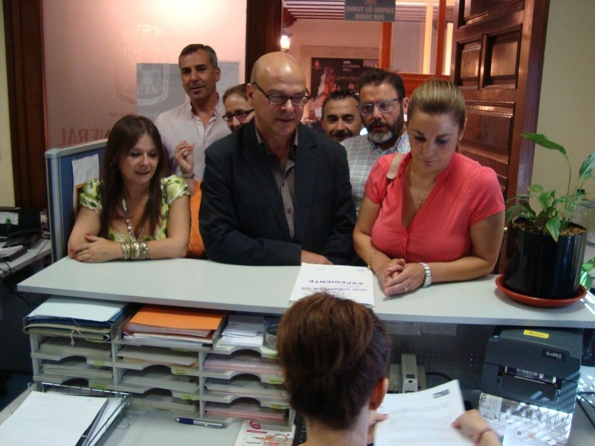PSOE y vecinos piden por escrito una reunión extraordinaria para abordar y mejorar la situación del autobús urbano
