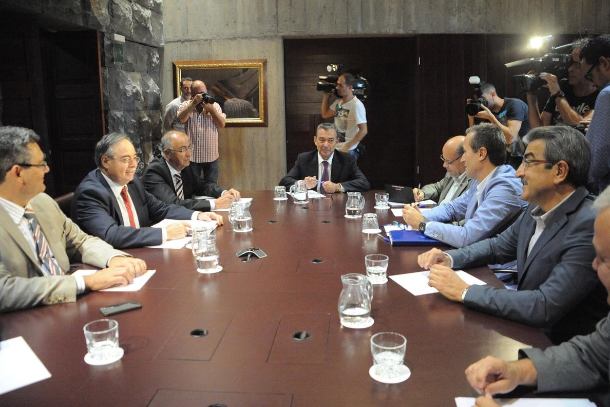 Rivero reunirá a partidos políticos y agentes sociales de Canarias para cerrar la consulta sobre petróleo