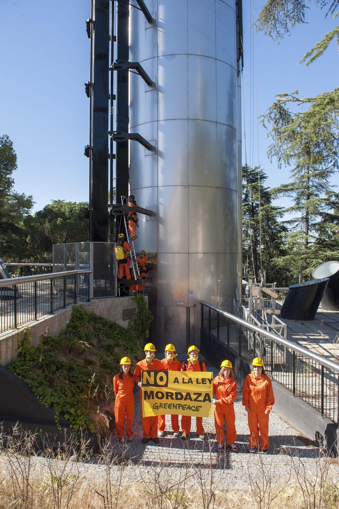 Activistas de Greenpeace escalan el faro de Moncloa contra la Ley de Seguridad