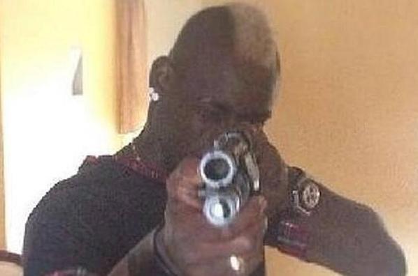 Balotelli saluda pistola en mano a quienes le odian con una foto en internet