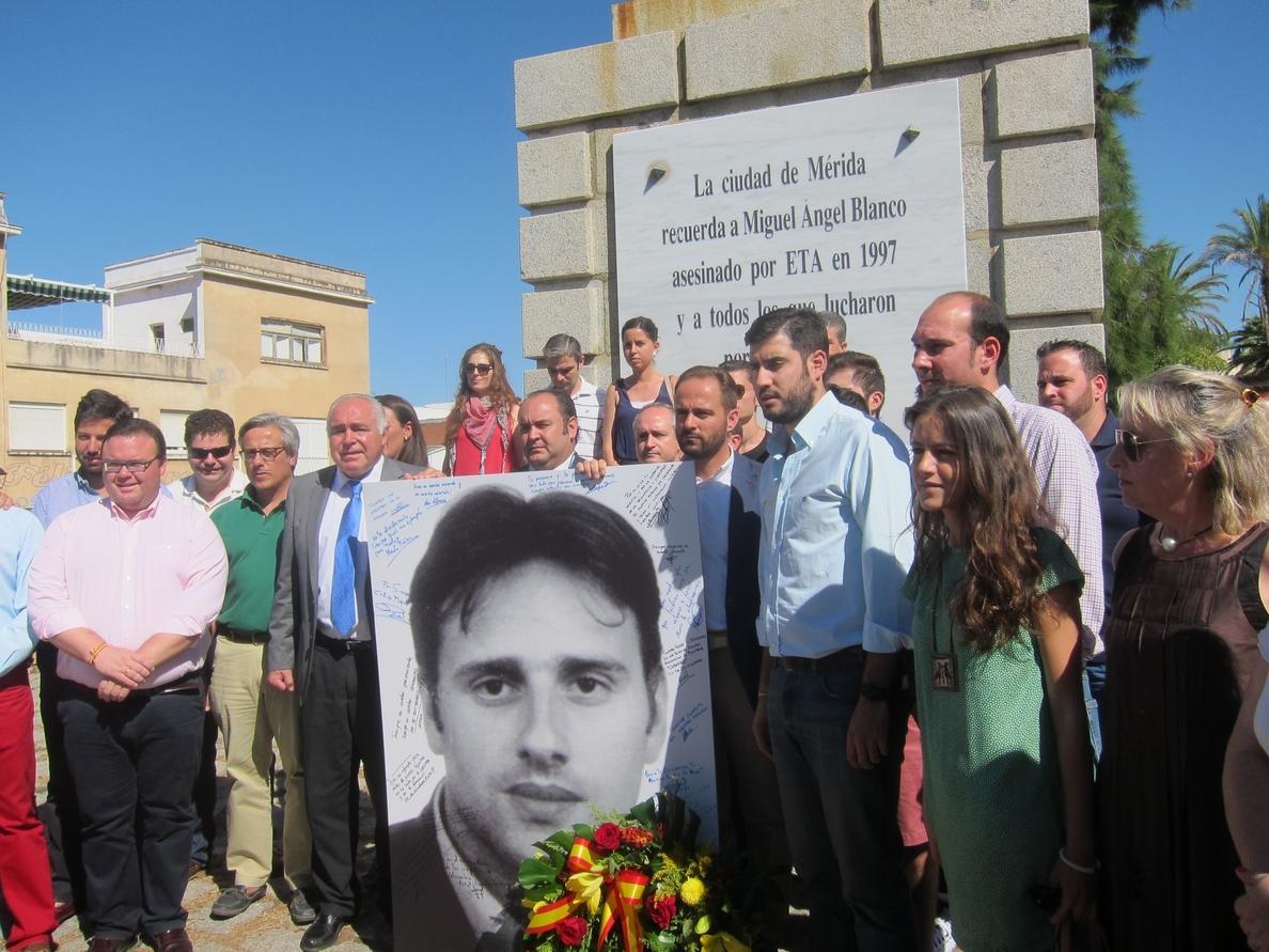 Una ofrenda floral en Mérida en recuerdo de Miguel Ángel Blanco reivindica la «dignidad» de las víctimas terroristas