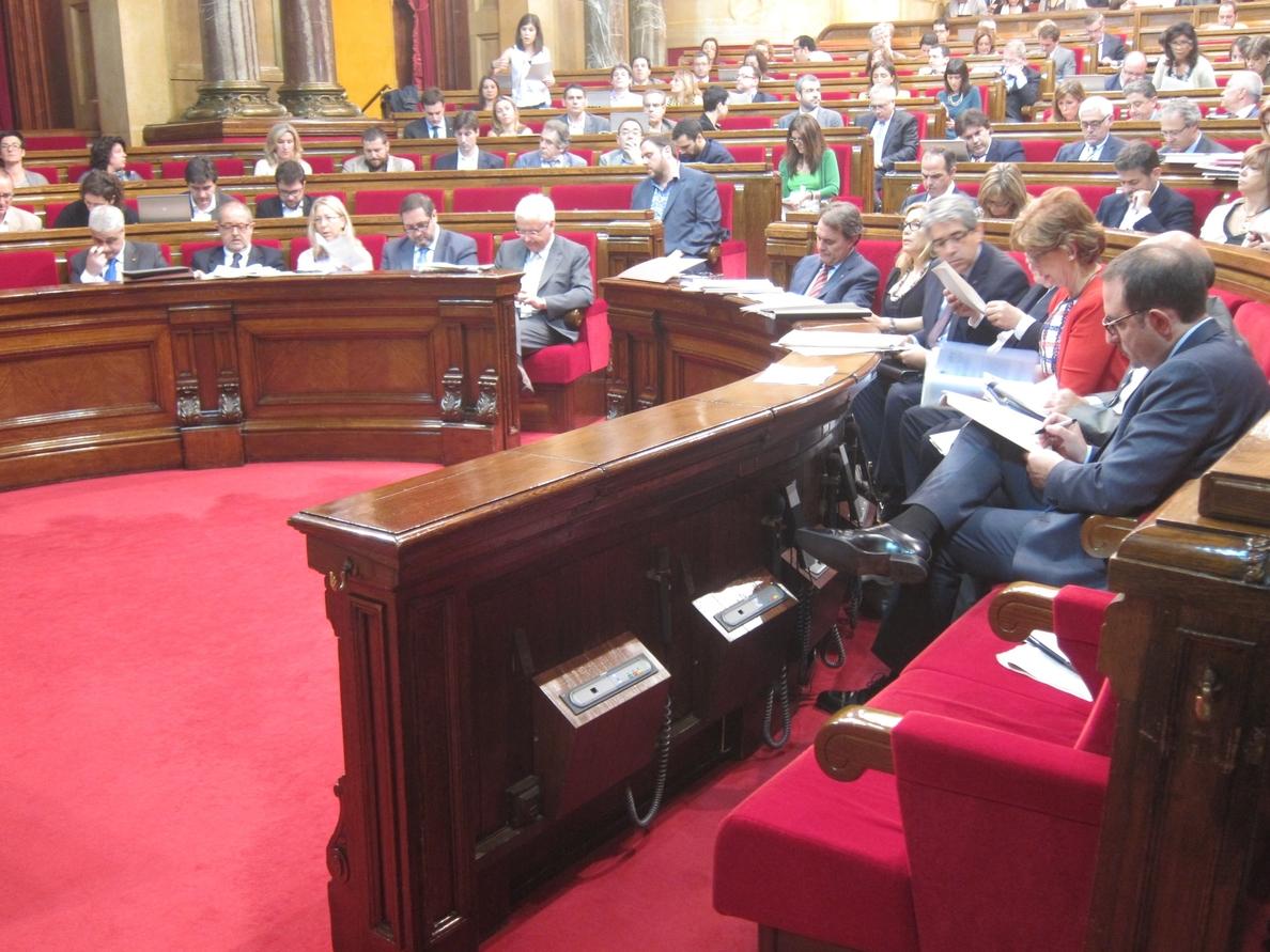 El Parlament aprueba crear un registro de profesionales sanitarios con el rechazo de CiU