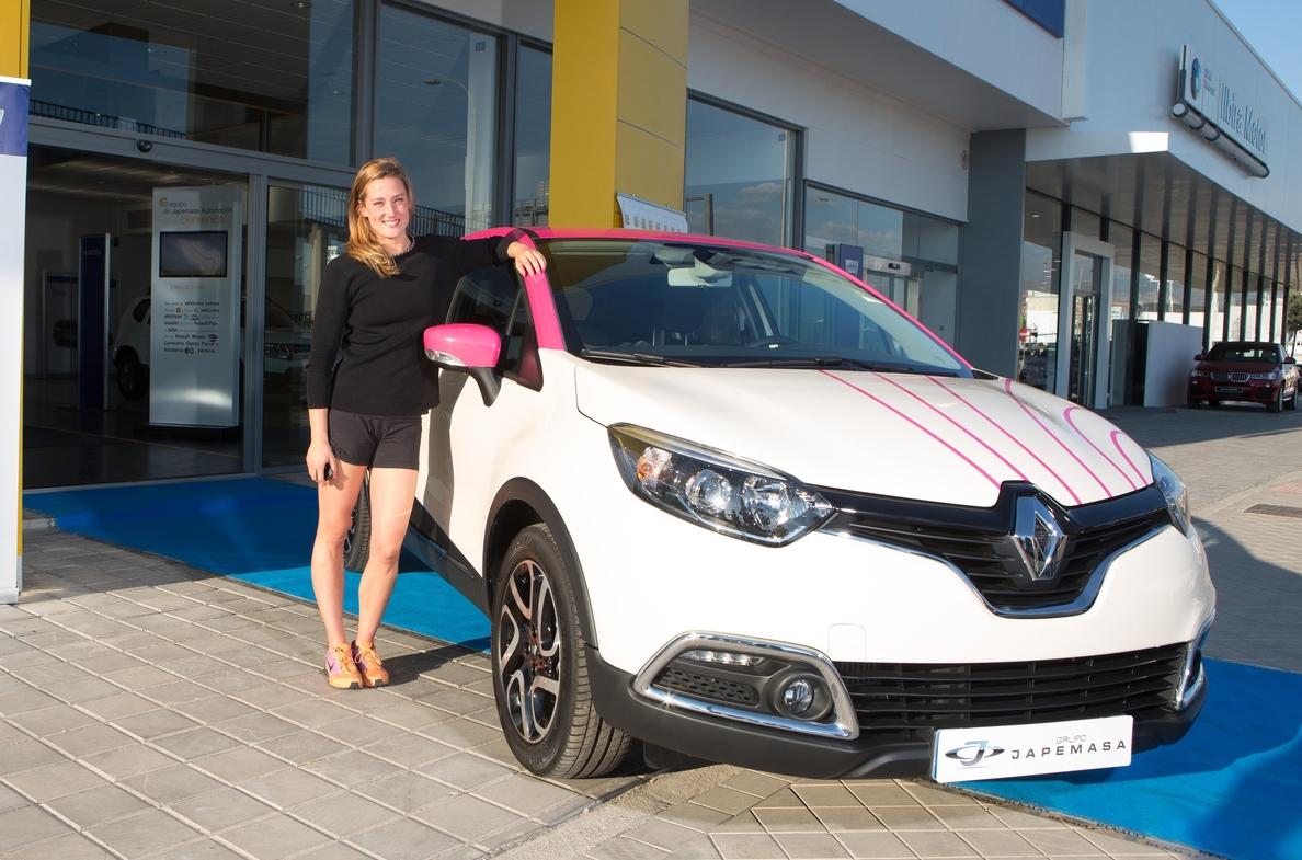 Renault entrega un Captur personalizado a la nadadora Mireia Belmonte