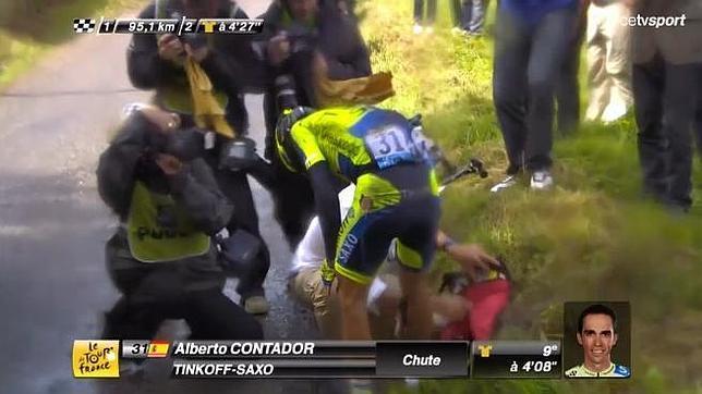 Alberto Contador abandona el Tour después de romperse la tibia en una caída