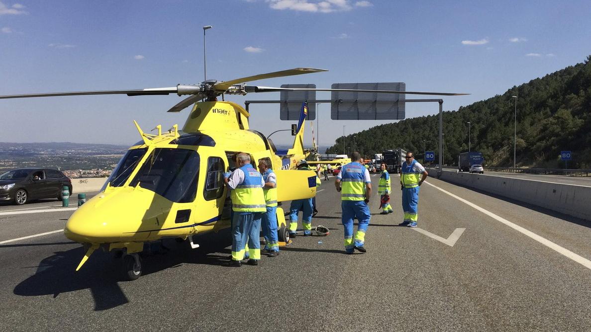 Dos heridos graves al colisionar una furgoneta con un turismo parado en la AP6