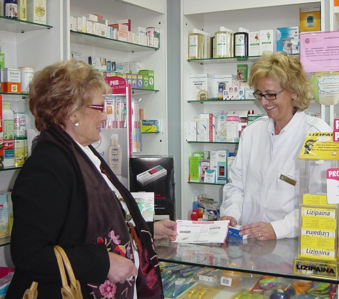 Las mujeres mayores de 65 años gastaron en 2013 casi 370 euros en las farmacias, 100 más que el año anterior