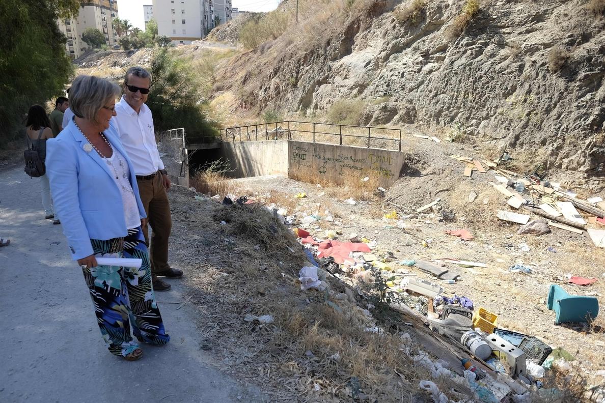 El Ayuntamiento de Málaga inicia con tres semanas de antelación la limpieza de los 90 arroyos de la capital