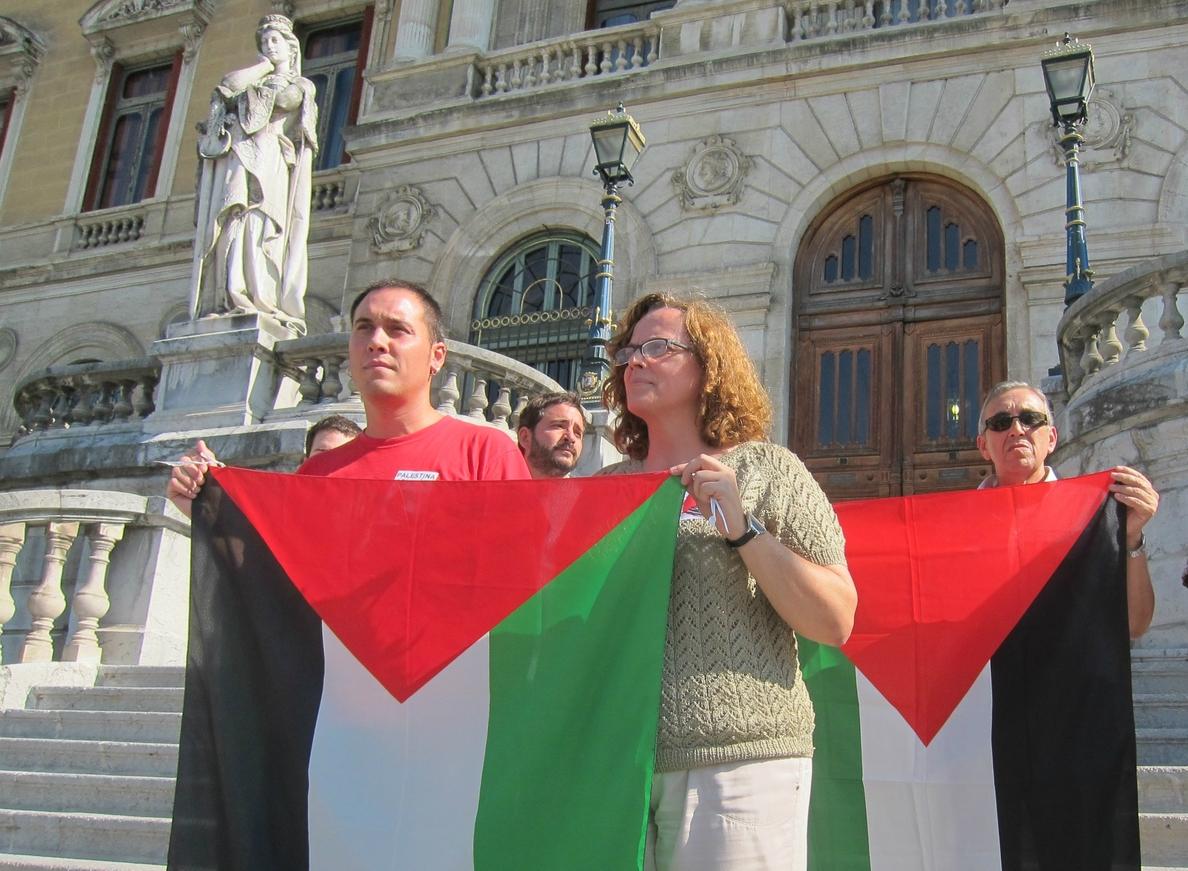EH Bildu protesta por la orden del alcalde de Bilbao de quitar la bandera palestina de ventanas del Ayuntamiento