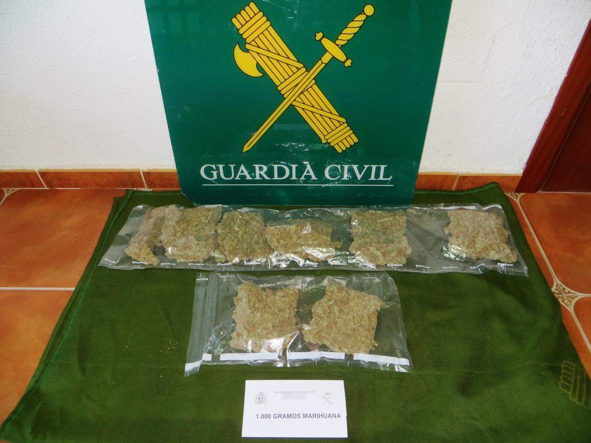 La Guardia Civil detiene en El Espinar (Segovia) a dos jóvenes que llevaban un kilo de marihuana en el coche
