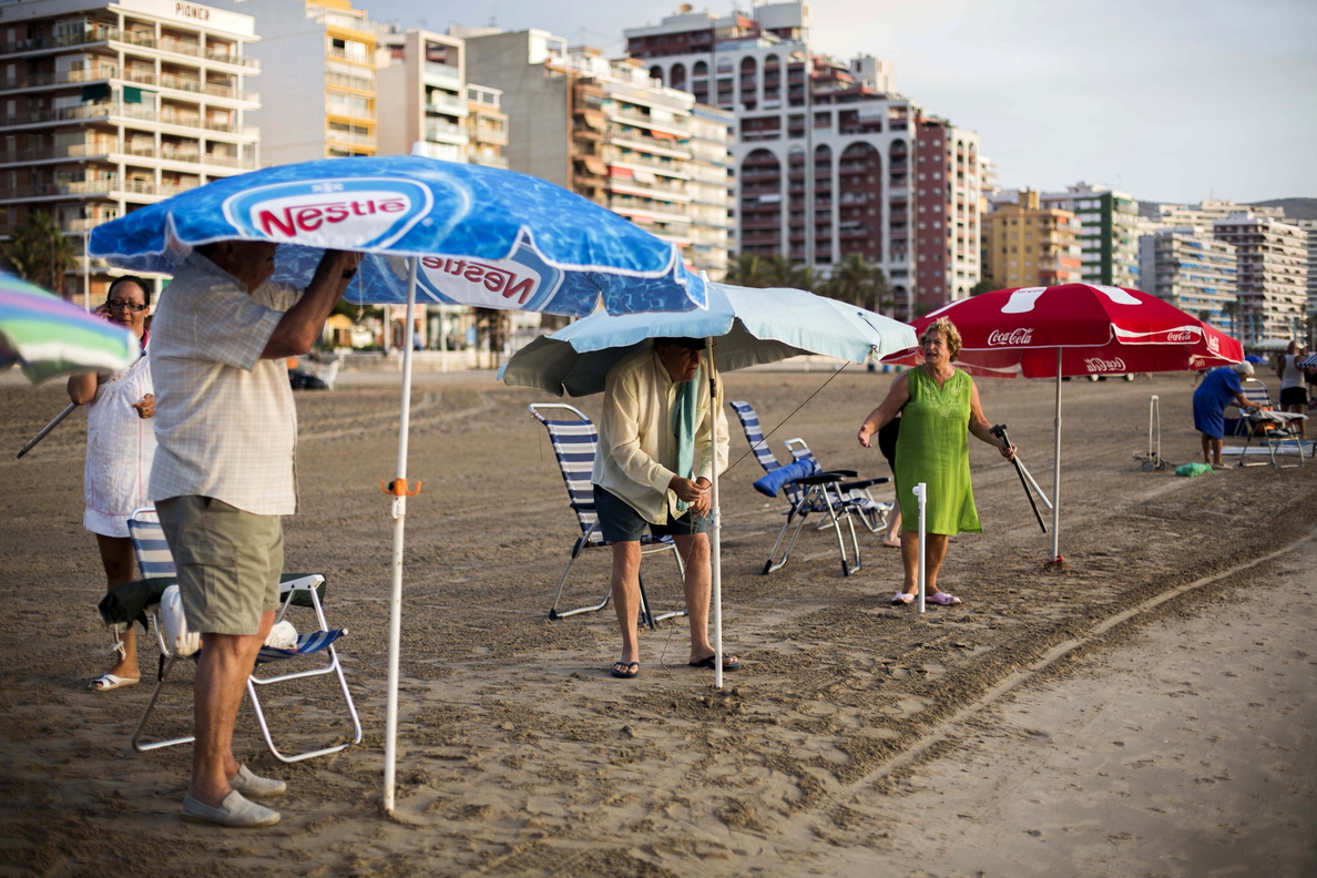 Hacer cola desde las 7 de la mañana para clavar la sombrilla en primera línea de playa