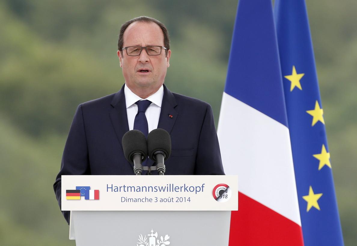 Hollande se va de vacaciones con un tirón de orejas de Moody»s y de Merkel