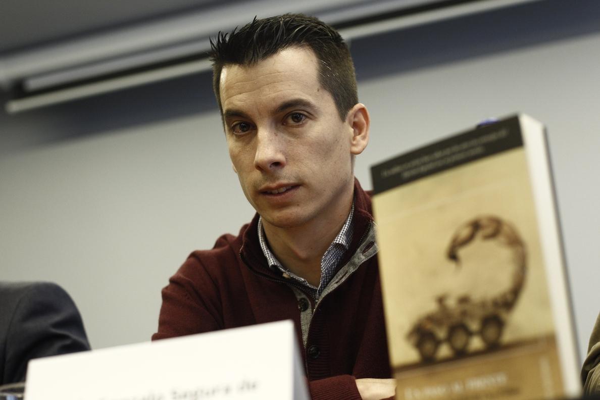 El teniente expedientado por una novela sobre corrupción militar abandona la huelga de hambre