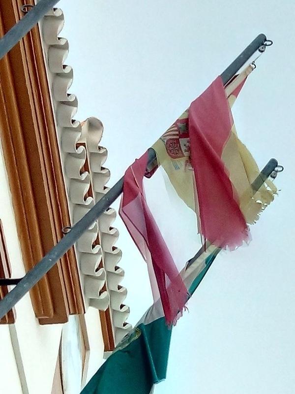 El PP de Villaverde advierte del estado «deplorable» de las banderas institucionales que ondean el Ayuntamiento