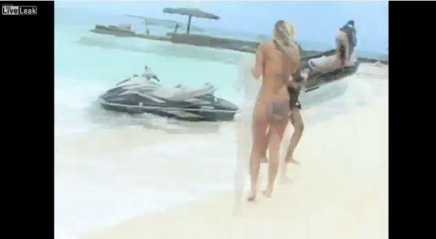 Una mujer sale corriendo al ver como una moto de agua iba directamente hacia ella