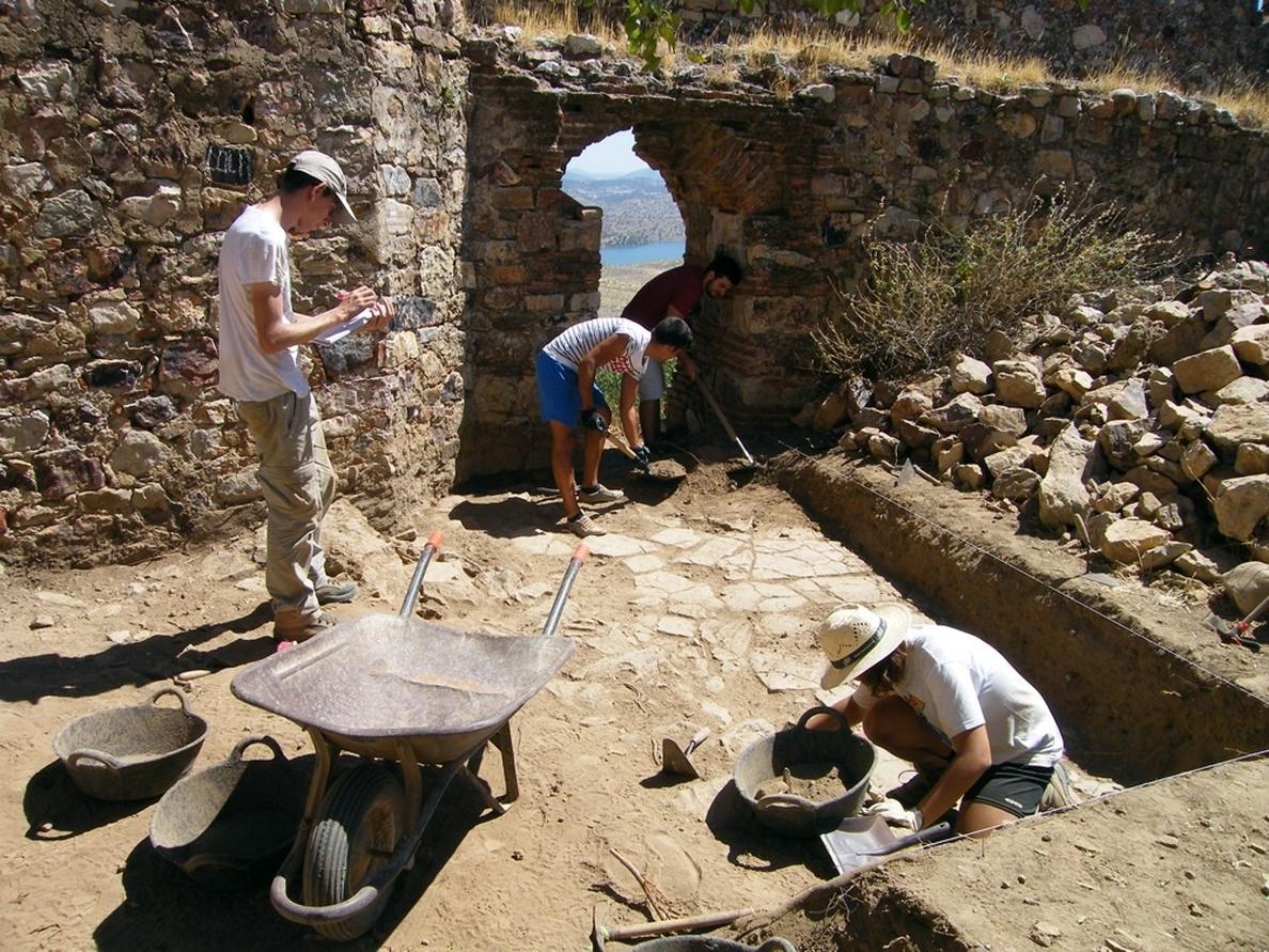 Los últimos avances de la excavación del castillo de Capilla (Badajoz) y su poblado se podrán admirar en una muestra
