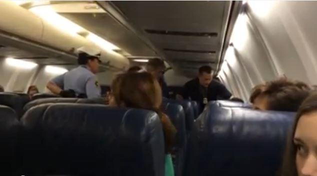 Una mujer pierde el control al enterarse de que el avión en el que viaja no va a Brasil