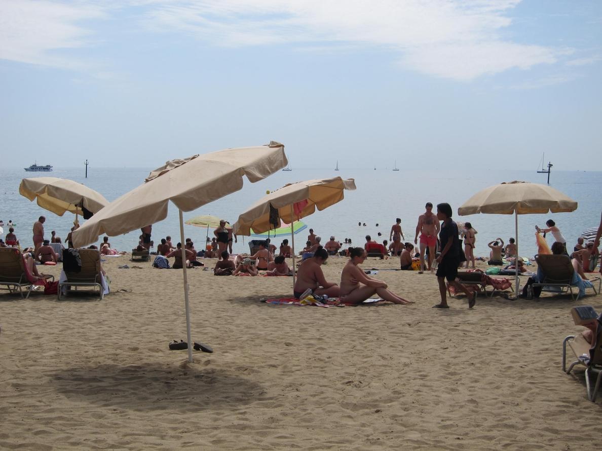 Los usuarios de las playas de Barcelona descienden un 11% por el mal tiempo