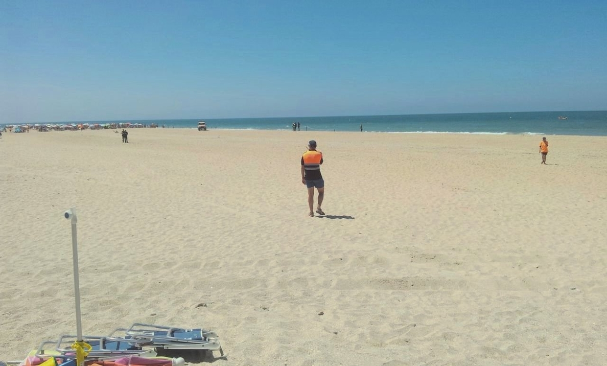 Desalojada parte de la playa de Camposoto, en Cádiz, al hallarse un proyectil militar