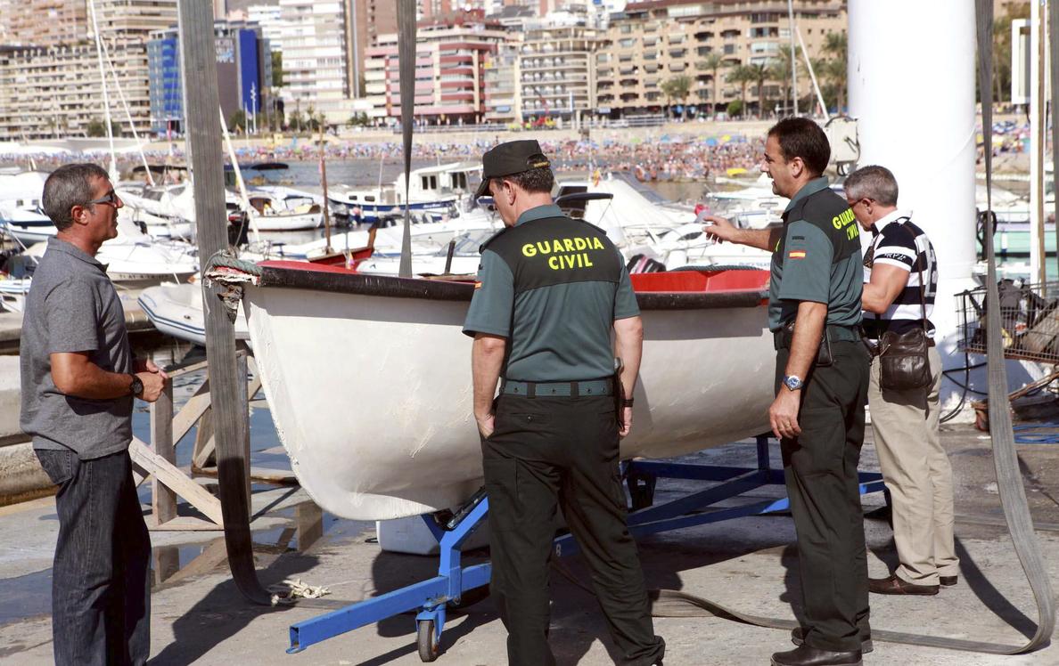 Rescatada una balsa con siete inmigrantes en aguas del Estrecho
