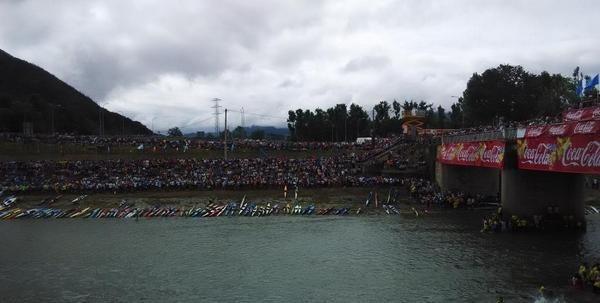 Miles de personas presencian la salida del Descenso Internacional del Sella en Les Arriondes