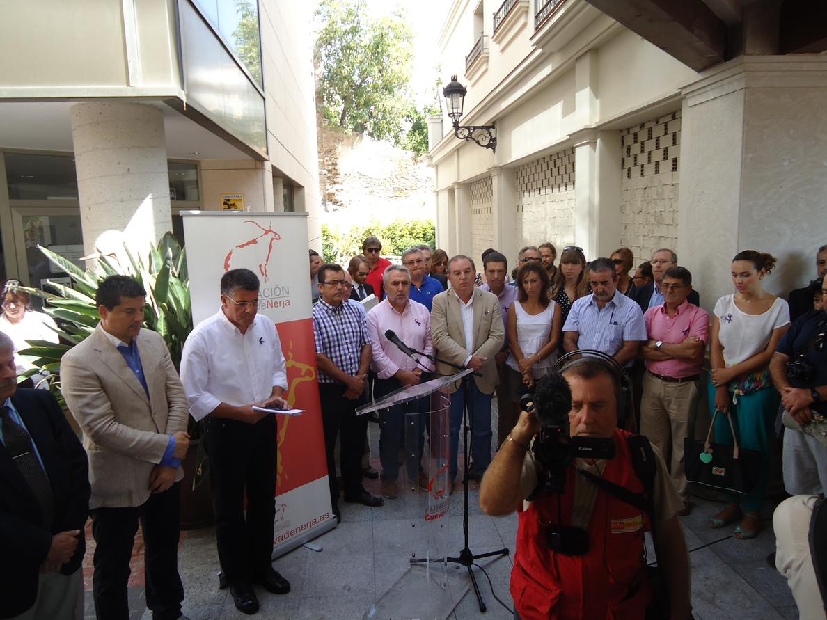 Unas 400 personas se concentran para condenar la muerte violenta de la directora del Museo de Nerja (Málaga)