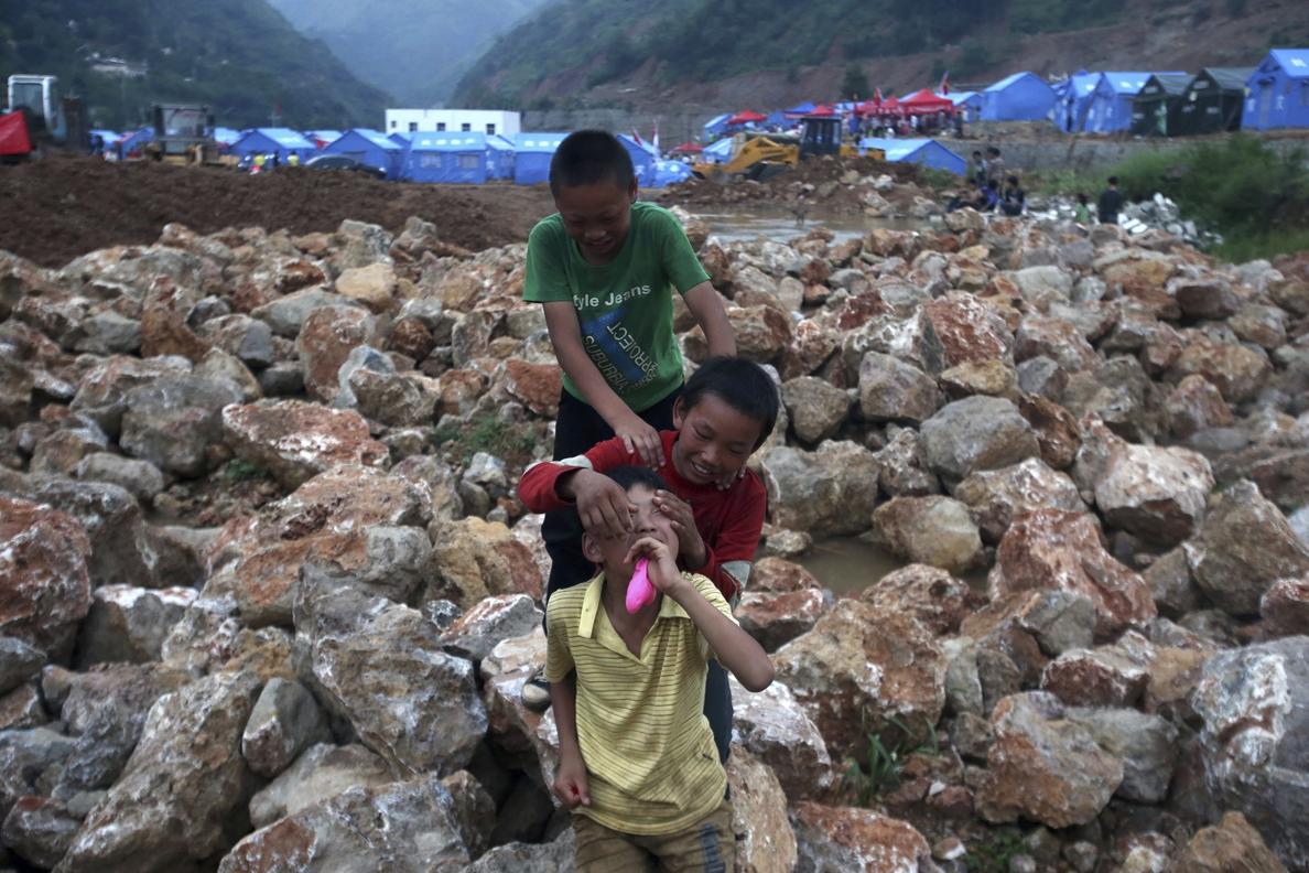 Los equipos de rescate cavan un canal para drenar el lago causado por el seísmo en China